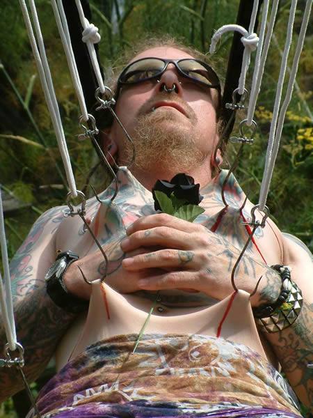 Suspensão por piercings