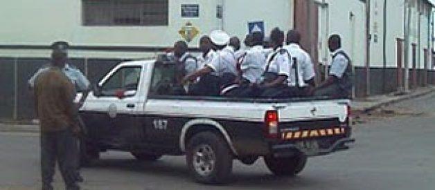 Homem rouba carrinha cheia de polícias