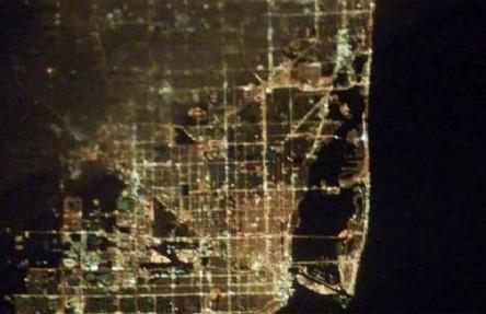 Cidades à noite vistas do céu 21