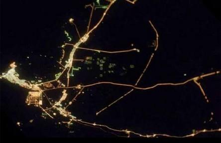 Cidades à noite vistas do céu 14