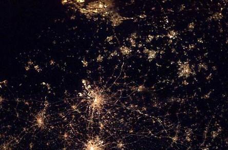 Cidades à noite vistas do céu 7