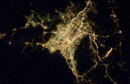 Cidades à noite vistas do céu 11