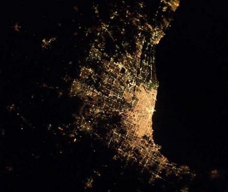 Cidades à noite vistas do céu 8