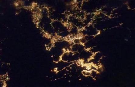 Cidades à noite vistas do céu 17