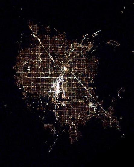 Cidades à noite vistas do céu 6