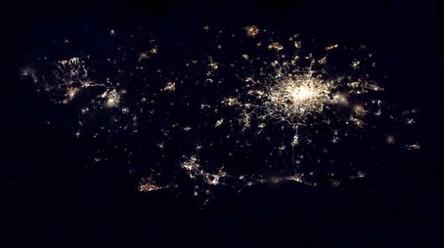 Cidades à noite vistas do céu 1