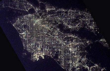 Cidades à noite vistas do céu 18