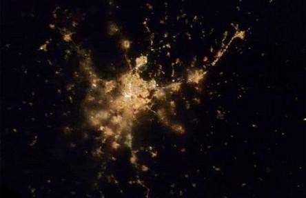 Cidades à noite vistas do céu 10