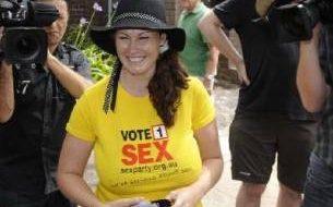 Stripper faz campanha para senadora 2