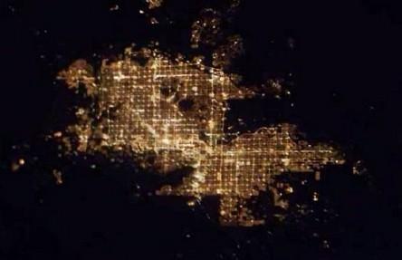 Cidades à noite vistas do céu 20