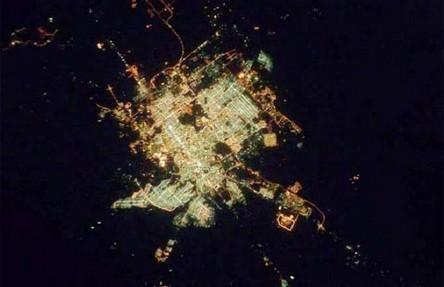 Cidades à noite vistas do céu 13