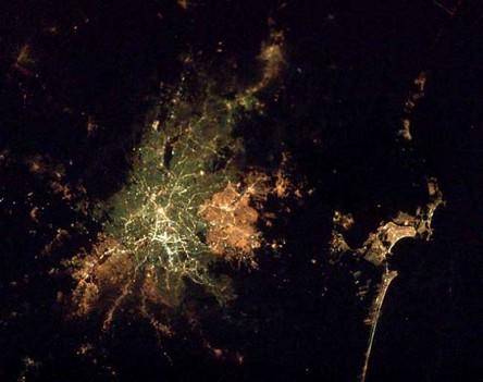 Cidades à noite vistas do céu 5