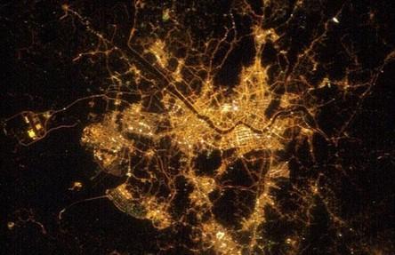 Cidades à noite vistas do céu 16