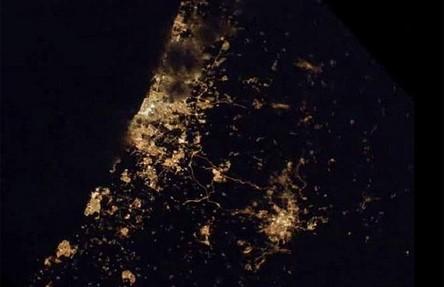 Cidades à noite vistas do céu 15