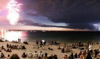 Fogo de artificio e relâmpagos na praia 13
