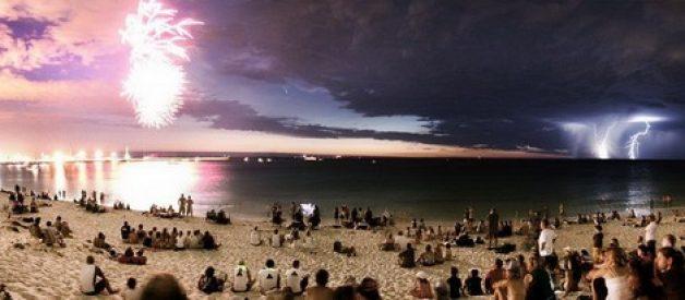 Fogo de artificio e relâmpagos na praia